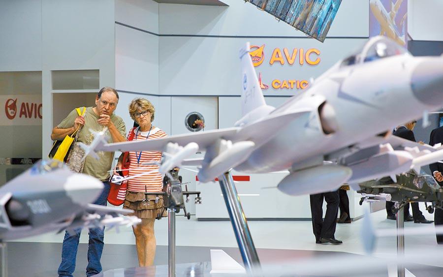 第53屆巴黎航展上,民眾參觀中國航空工業集團公司展區。(新華社)