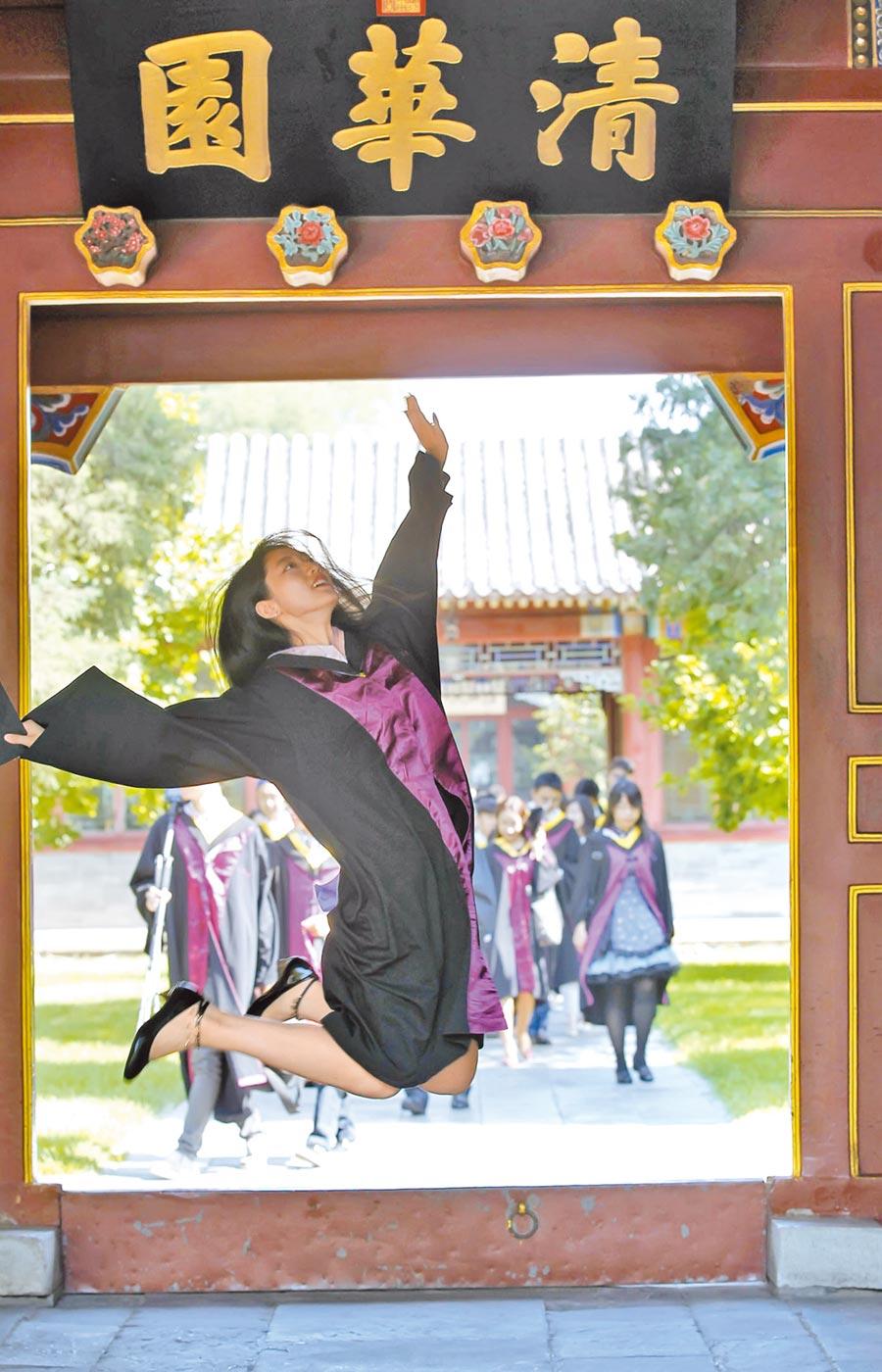 北京清華大學畢業生在校園內拍攝畢業照。(CFP)