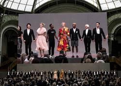 蒂妲史雲頓、卡拉追思老佛爺  2500人齊聚巴黎大皇宮