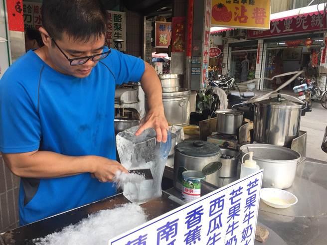 「阿嬤古早味冰果店」的剉冰堅持刀削作法一甲子不變,因他們發現還是用菜刀削的冰最好吃。(謝佳潾攝)