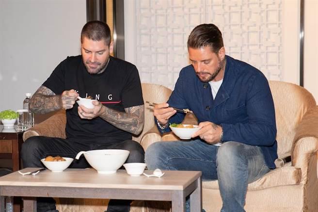 尚恩(左)與基斯大啖牛肉麵,直呼美味。(傲世娛樂提供)