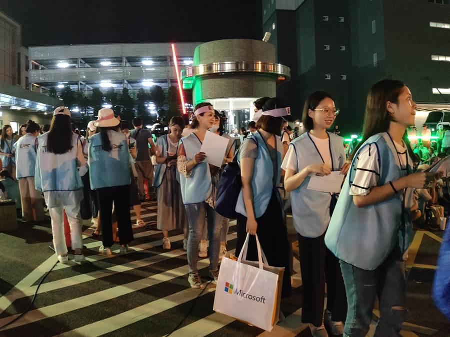 桃園市空服員職業工會20日宣布罷工,目前工會成員也逐一繳交識別證、護照,台胞證。(賴佑維攝)
