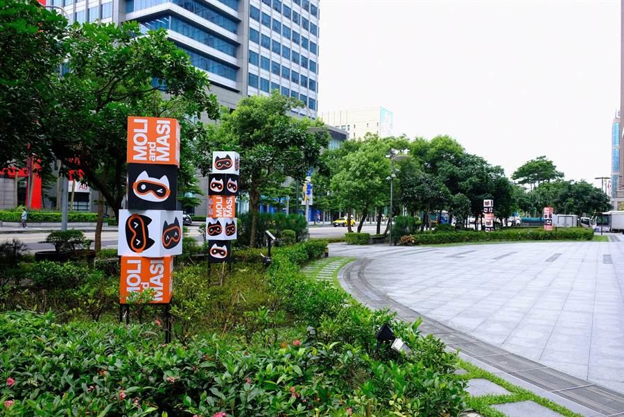 新光三越信義A4廣場前黑貓MOLI和白貓MASI以方塊層疊,為綠地帶來新意。(新光三越提供)