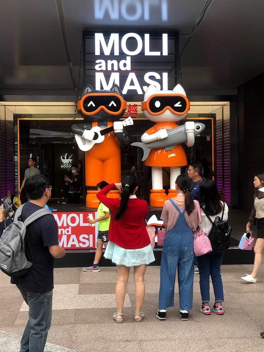 新光三越夏季空間特展「MOLI and MASI」吸引逛街人潮駐足觀賞、拍照。(新光三越提供)