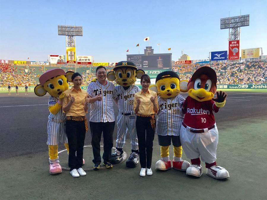 台灣虎航董事長張鴻鐘(左三)、虎妞及日職阪神虎、樂天金鷲吉祥物於開球式前進行合影。圖:台虎提供