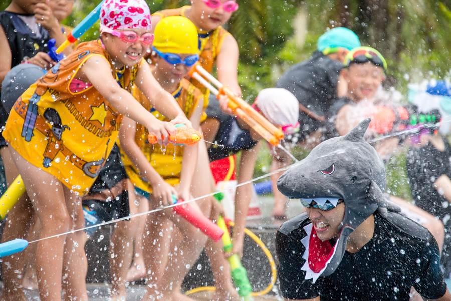 迎接夏季到來,蘭城晶英酒店親子戶外泳池每天展開精彩刺激水上活動。(圖/蘭城晶英酒店)