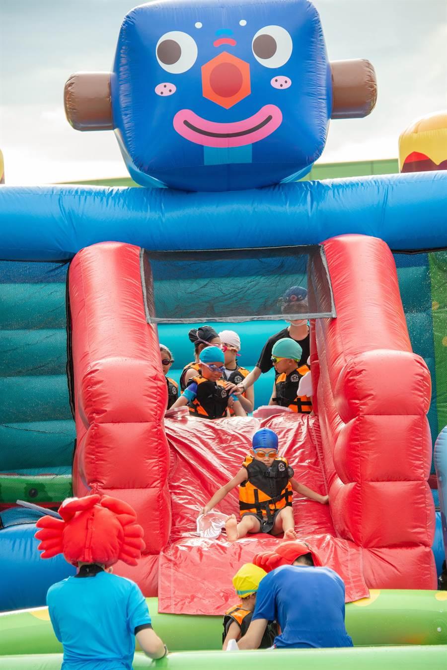 蘭城晶英酒店在親子戶外泳池推出《SEA WAR 無限之戰》,帶領小朋友進攻藍寶城堡。(圖/蘭城晶英酒店)