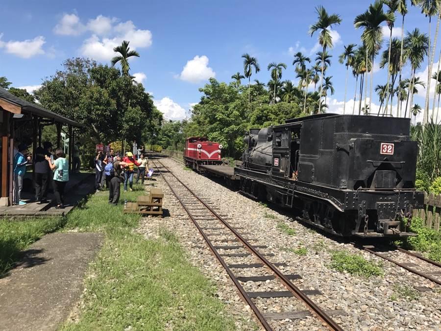 SL32蒸汽火車頭回娘家維修,鐵道迷在竹崎車站歡送。(廖素慧翻攝)