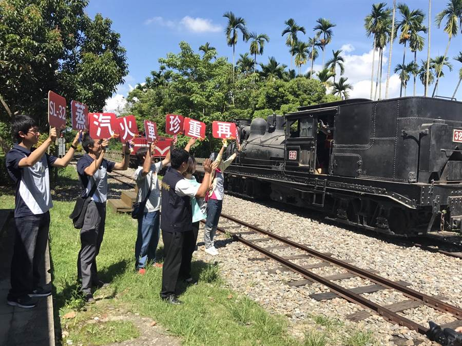 SL32蒸汽火車頭回娘家維修,鐵道迷期待再見。(廖素慧翻攝)