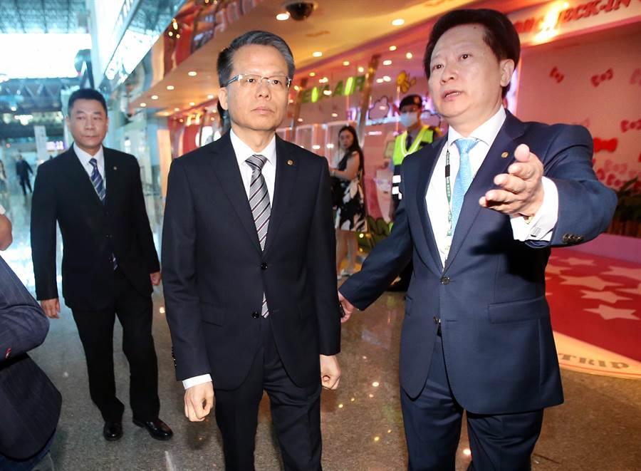長榮航空總經理孫嘉明(中)表示,公司將提出非法罷工告訴。(范揚光攝)