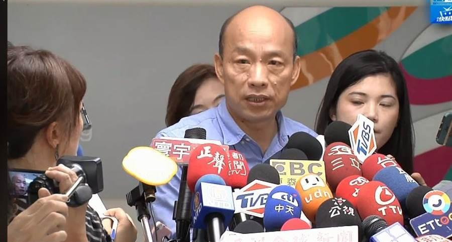 韓國瑜剛接受聯訪被問及吳音寧的批評時,僅回答一句「謝謝她,我尊重她評論」。(中時電子報直播)