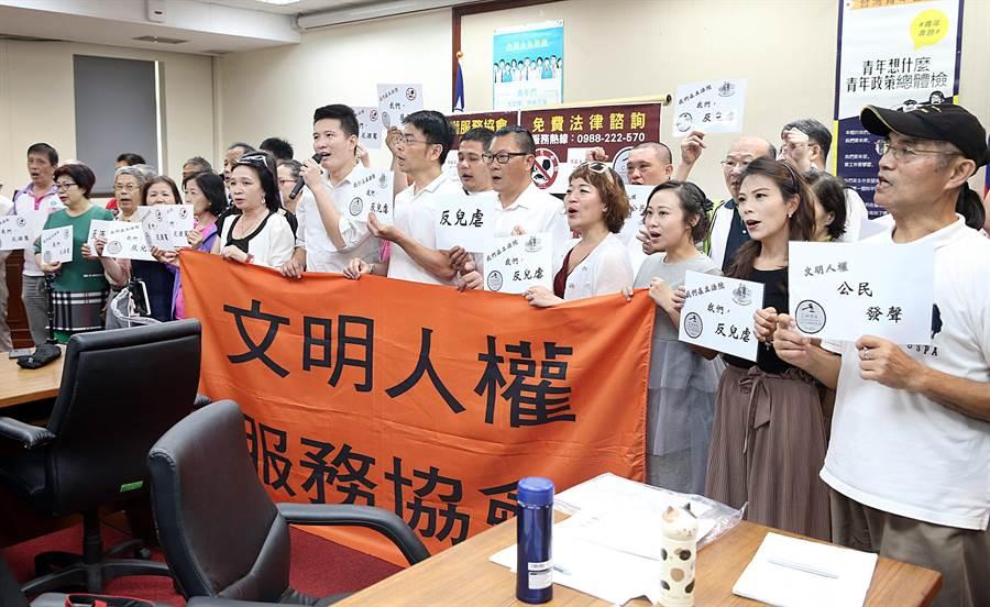 台北市文明人權服務協會等社會團體21日在立法院舉行記者會表示,將舉辦「629上凱道力挺小白花」活動。(姚志平攝)