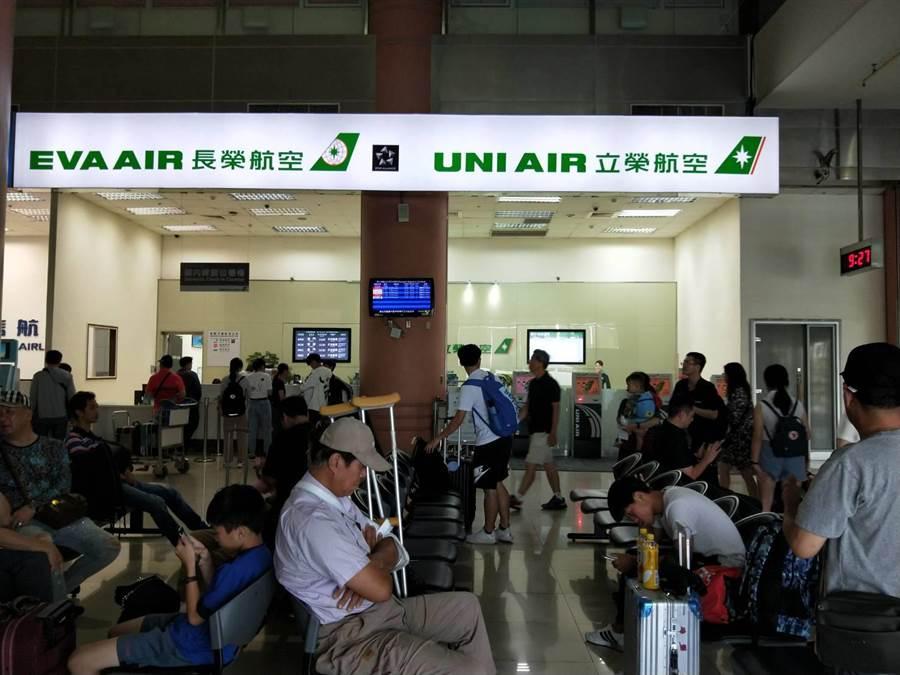 立榮航空國內線今日14航班目前未受影響。(陳淑娥攝)