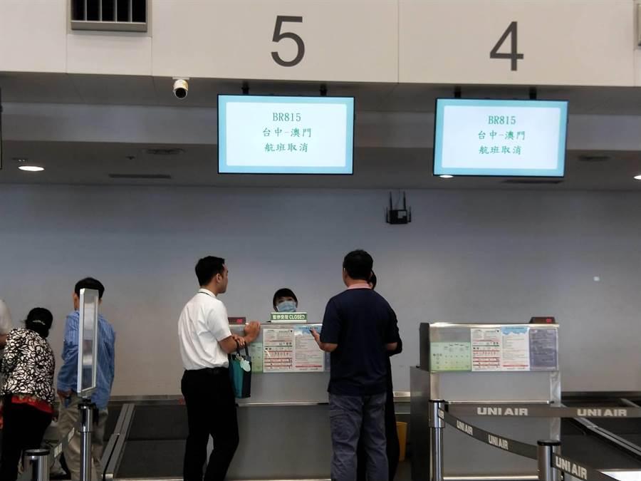零星旅客至長榮櫃台詢問轉乘資訊。(陳淑娥攝)