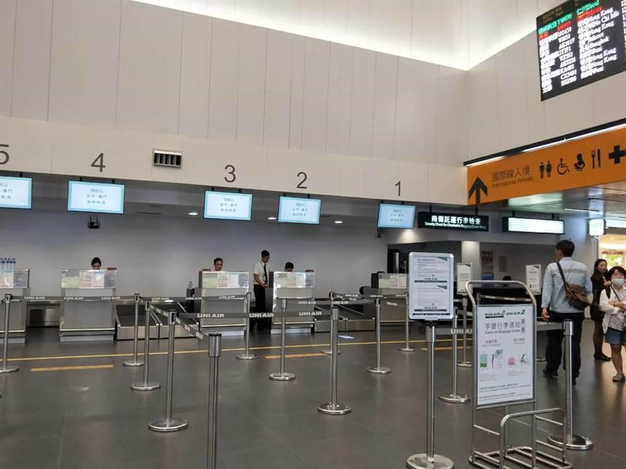 取消澳門及無錫航班,國際線長榮櫃台十分冷清。(陳淑娥攝)