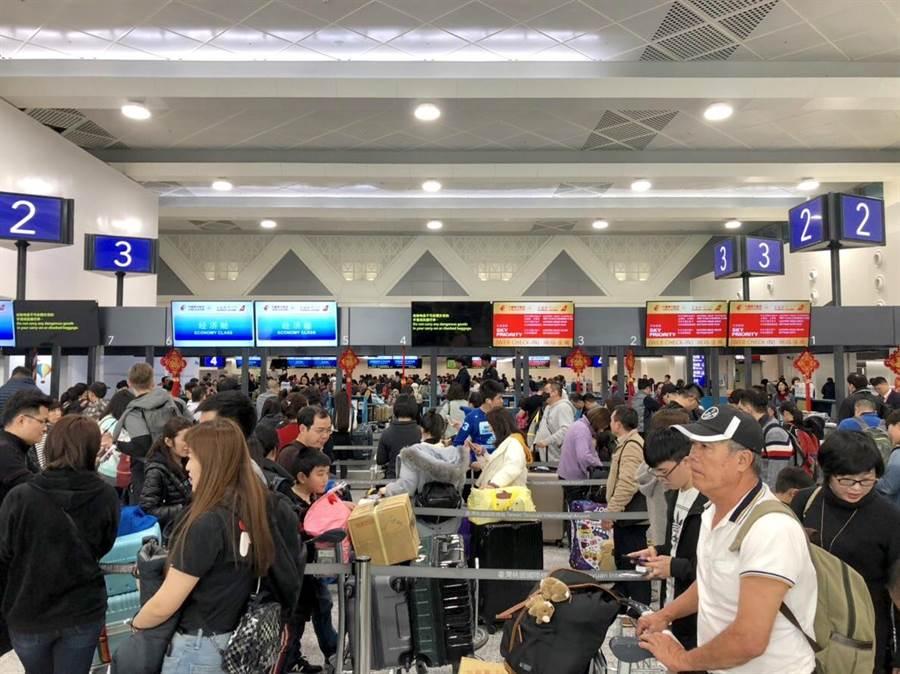 長榮航空工會罷工持續進行,桃機旅客也大塞車。(何書青攝)
