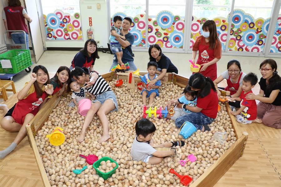 香港浸會大學生隨玩具行動車到深坑服務,帶領小朋友玩木球池。(葉書宏攝)