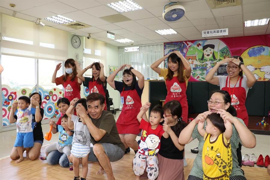 香港浸會大學生隨玩具行動車到深坑服務,帶領親子跳唱小茶壺童謠。(葉書宏攝)