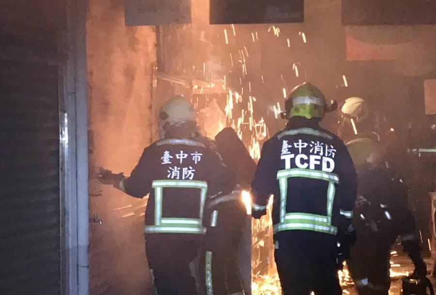 日前凌晨火警,南屯所员警首先到场,做必要处置,后消防队员到场,破坏铁捲门后,顺利灭火。