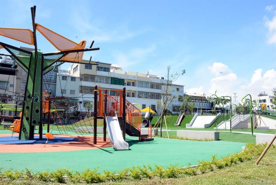 堪稱南部最大、特色遊具最多的屏東市和平共融公園,22日將正式試營運。(林和生攝)