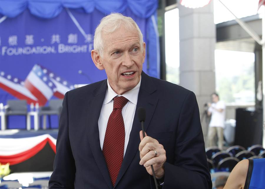 美國在台協會AIT主席莫健稱,「一個中國」是中共要把美國擠出亞洲的藉口。圖為去年莫健在台灣為AIT新廈揭幕。(圖/美聯社)
