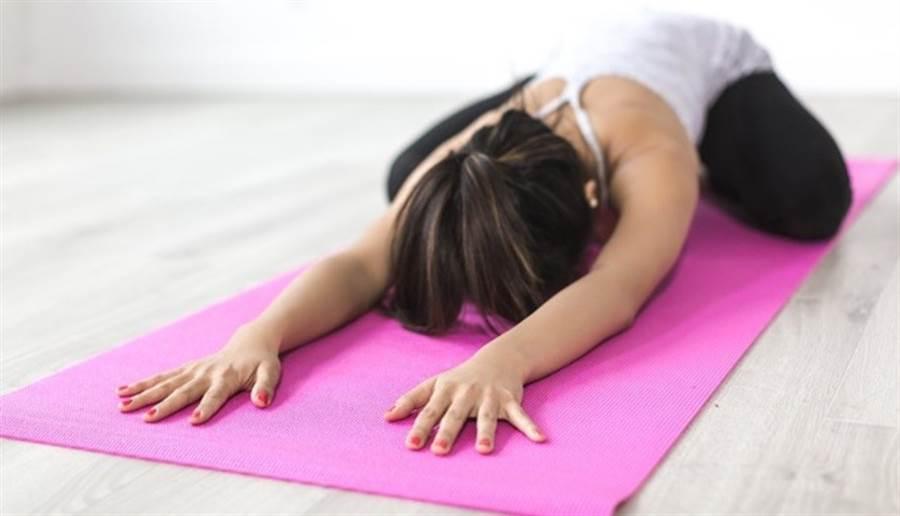 梅根用瑜伽、散步來增加運動量,決心「慢慢瘦」。(示意圖/pixabay)