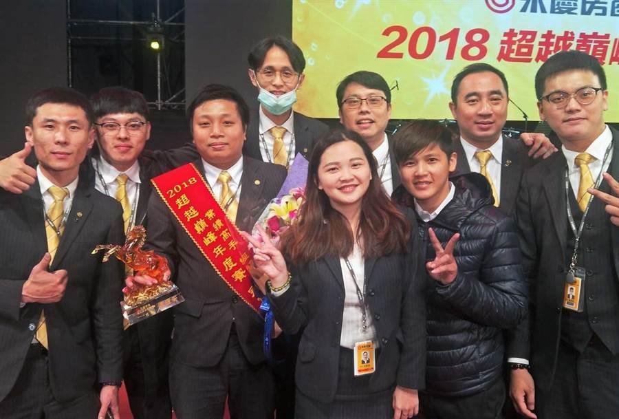 陳耀安(左3)獲得2018年度商圈件數成交王冠軍頭銜。
