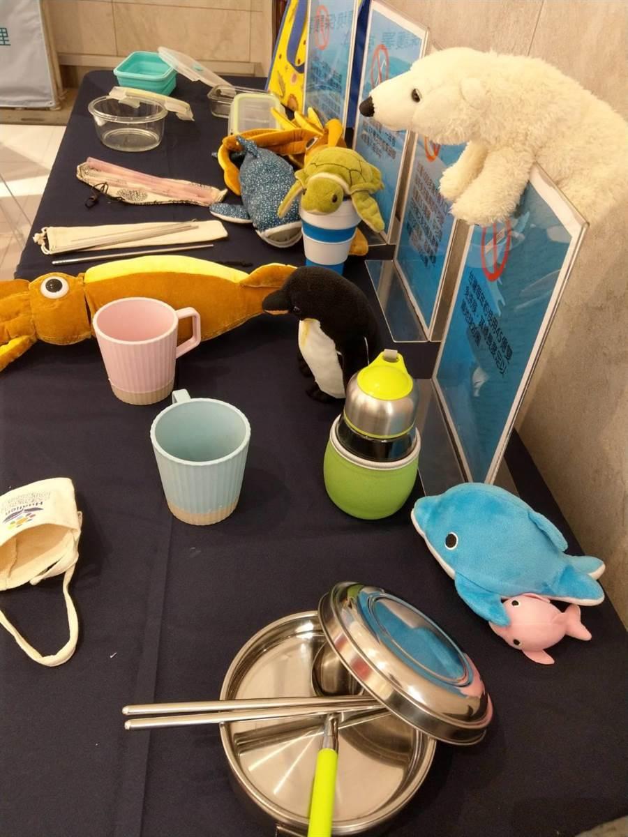 花蓮縣環保局在花蓮遠東百貨公司內展示多項環保材質的容器、碗筷等。(范振和攝)