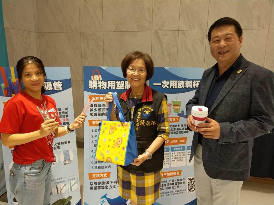 花蓮縣環保局科長張華砡(左起)、副局長饒瑞玲、麥當勞花蓮市總經理楊政道,拿起環保器物宣導。(范振和攝)