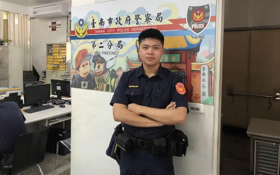成功地用手語阻詐的警員陳俊安,因家人也有聾啞人士,從小就學會簡單手語,未料派上用場,開心自己用技能做好事。(張毓翎翻攝)