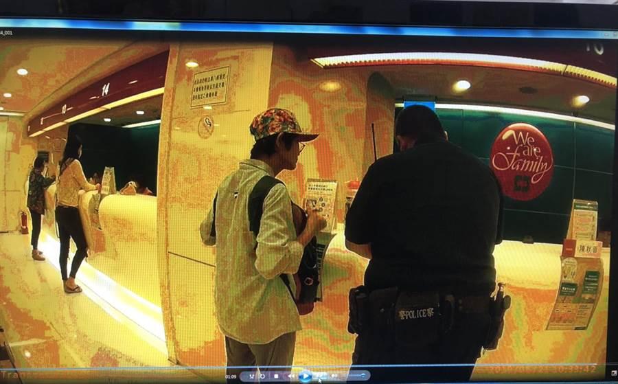 吳王姓聾啞婦人右2)到銀行匯款時,行員懷疑她遭詐騙,因無法順利溝通,只好先報案處理。(張毓翎翻攝)