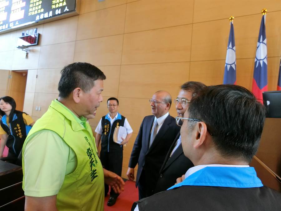 民進黨團總召李天生(左)向議長張清照提醒,未完成3讀程序,要求在下周一進行程序補正。(盧金足攝)
