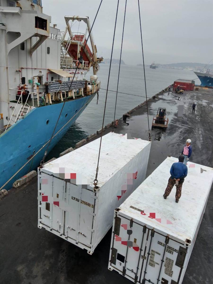 走私集團先將大陸帶殼牡蠣接駁上岸,再裝櫃海運赴台牟利。(金門查緝隊提供)