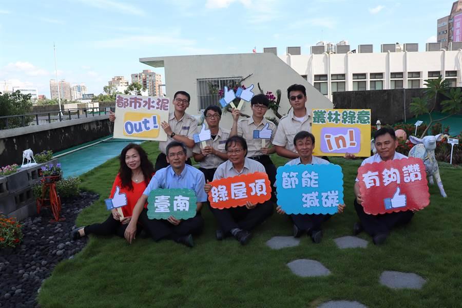 台南市政府祕書處為打造優質辦公環境,並改善熱島現象,由替代役男協助於民治市政中心行政大樓頂打造日式庭園風的綠屋頂。(劉秀芬攝)