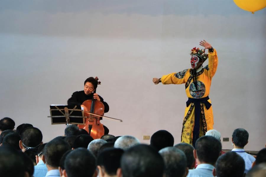 知名大提琴家張正傑(左)與美猴王朱陸豪(右)11日到屏東監獄舉辦公益音樂會,為收容人帶來舒心的音樂饗宴。(謝佳潾攝)