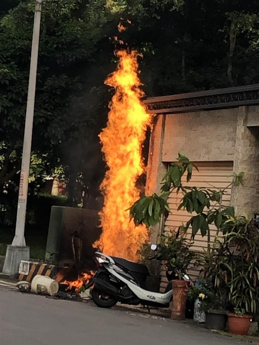 施工人員不慎打穿溝蓋下的瓦斯管線引發火災。(民眾提供)