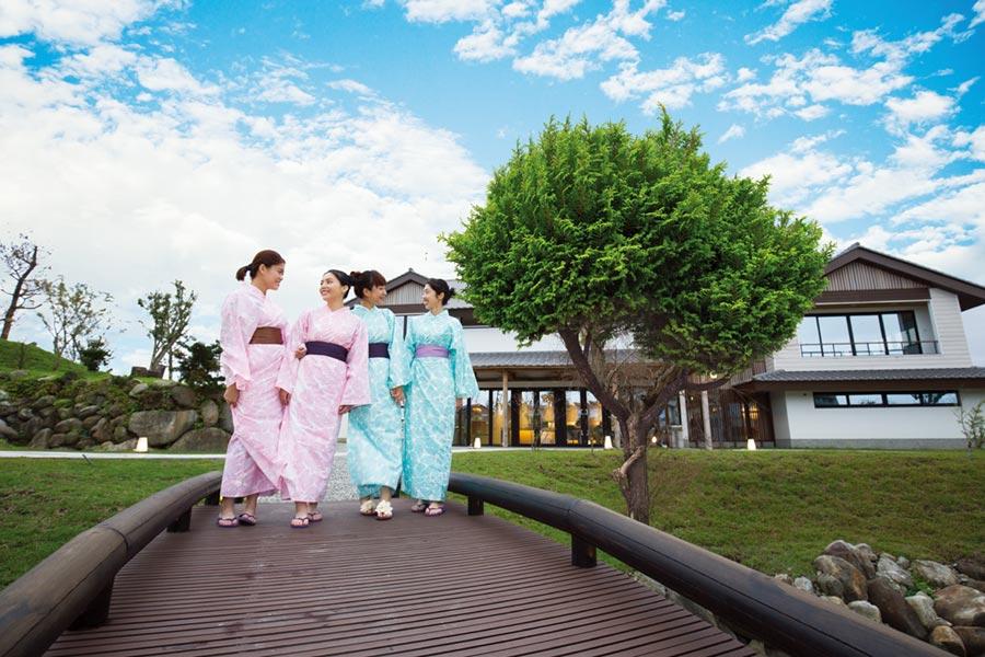 著浴衣悠遊漫步在綠舞日式主題園區,為暑假留下美好回憶。圖/業者提供