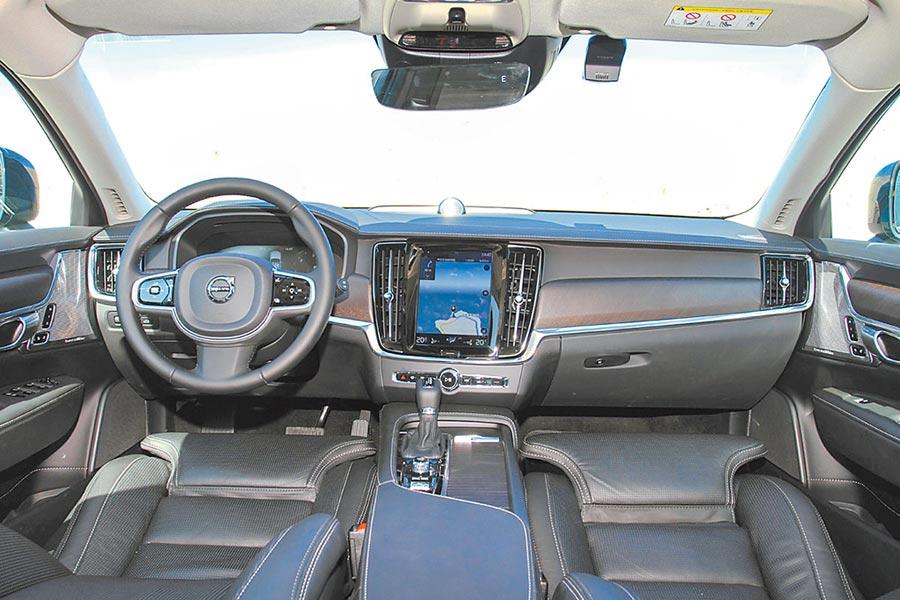 水平式中控設計,延伸放大車艙空間的視覺感。圖/陳慶琪