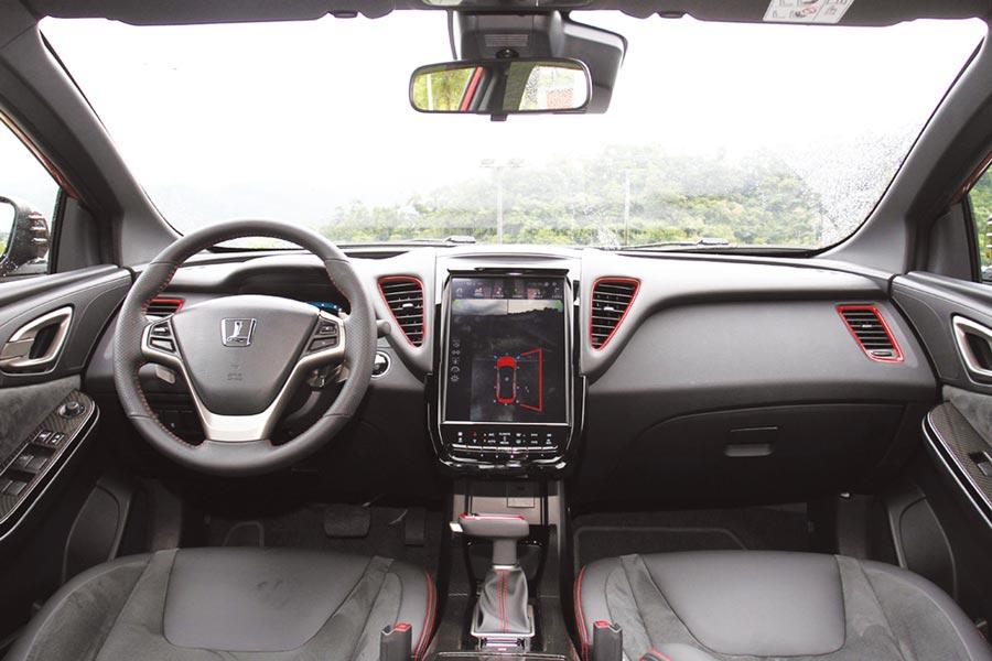 座艙以黑色為基調並加入些許紅色元素,於門板、中控台上皆運用大量類麂皮和類碳纖維飾板提升質感。圖/陳慶琪