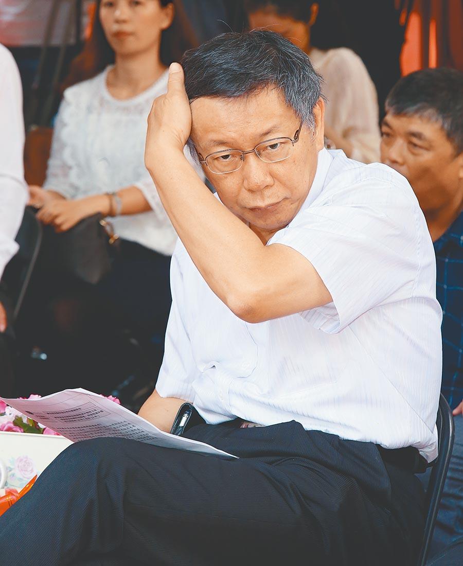 台北市長柯文哲本周頻跑外縣市,1周請了3天假,19日還與證嚴法師見面,引發聯想。圖為柯日前參加危老重建案開工典禮,媒體追問他立法院三讀通過公投法。(陳君瑋攝)