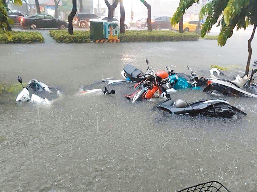 圖為去年823高雄市區淹大水,機車慘遭滅頂。(本報資料照片)