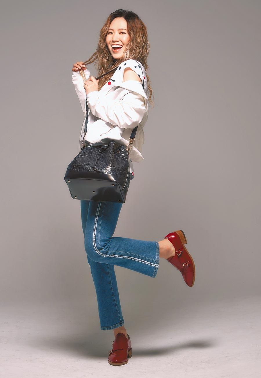 金曲頒獎在即,孫盛希的巡迴演唱工作仍未停歇,行程繁忙到沒時間思考。a.testoni牛皮女士夾克4萬5800元、手工牛皮編織包4萬9800元、手工牛皮女士孟克鞋3萬2800元。(其他服裝提供ARTIFACT的MSGM、Etre Cecile;攝影/JOJ PHOTO)