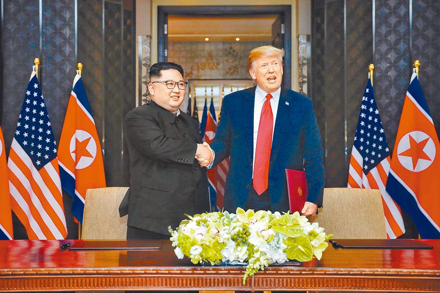 2018年6月12日,美國總統川普(右)與北韓領導人金正恩在新加坡簽署聯合聲明。(新華社)