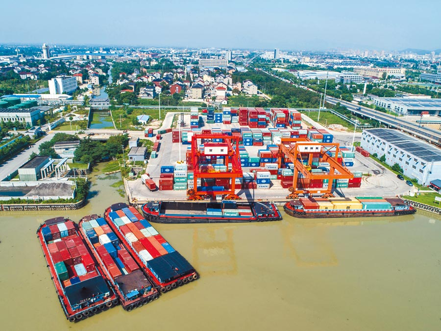浙江長興「鐵路公路水路」聯運中心快速發展,形成貨物轉運樞紐。(新華社)