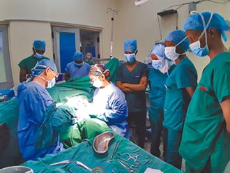 成醫前進肯亞 示範心血管手術