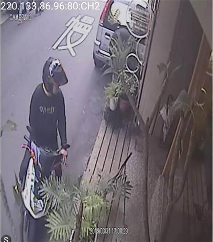 新竹地區出現該名頭戴安全帽的黑衣男,到處向店家借錢詐騙。(徐養齡翻攝)