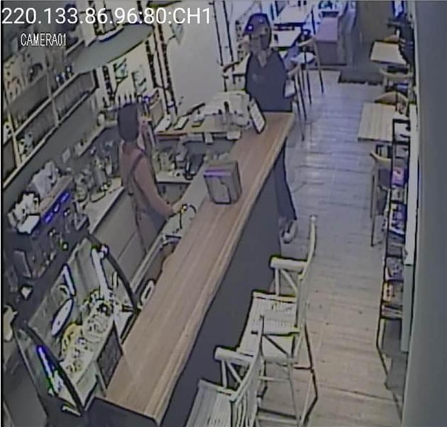男子聲稱鑰匙忘了帶,向店家借錢請鎖匠開門。(徐養齡翻攝)