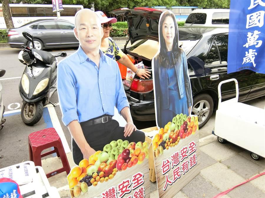 「韓國瑜凍蒜!」台中市7期今天因為韓國瑜造勢活動,一早就有大批韓粉進入會場。(盧金足攝)