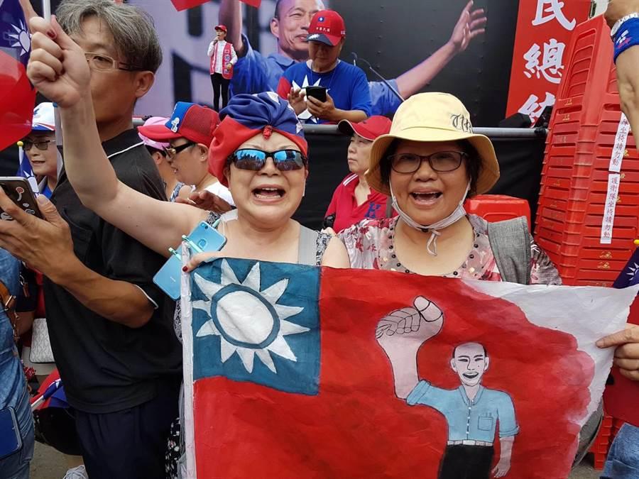 日本華僑紀小姐(圖左)表示,自己遠嫁日本,在東京生活30年,每一次總統選舉都沒有回來投過票,為了韓國瑜,一定要親自到場加油相挺。(張妍溱攝)