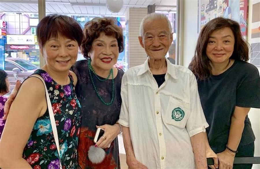 陳玉蓮的堂姊(左起)、周遊、張銘科、陳玉蓮相見歡。周遊提供